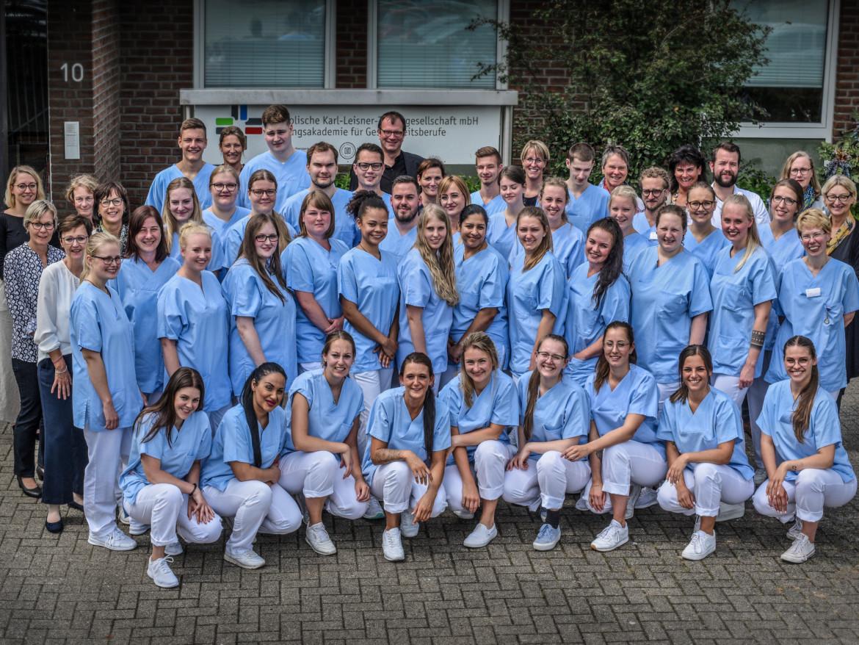 Die 40 Absolventinnen und Absolventen der Bildungsakademie für Gesundheitsberufe im Jahr 2019.