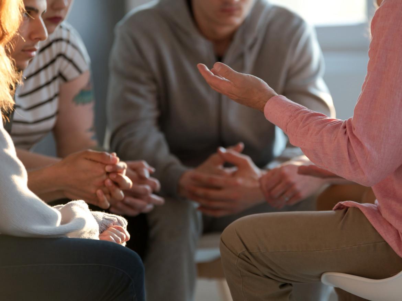 Junge Menschen in einer Therapie- und Gesprächssituation.