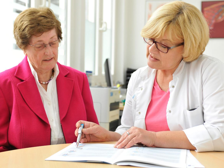 Gabi Küster, Patientenmanagerin der Klinik für Unfallchirurgie, Orthopädie und Sportmedizin, im Beratungsgespräch.