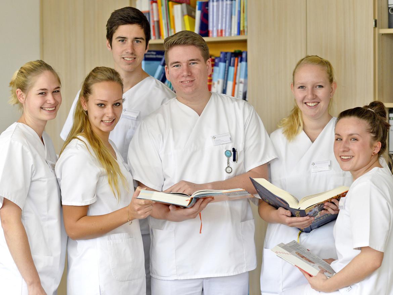 Sechs Studentinnen und Studenten der Bildungsakademie lächeln in die Kamera.