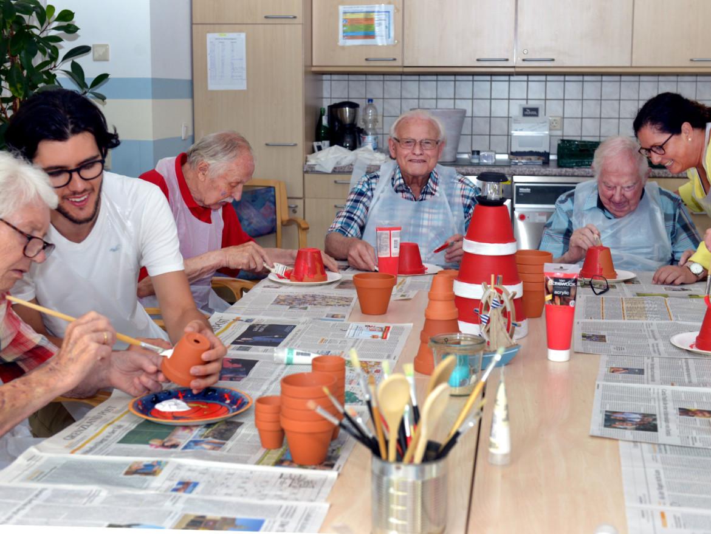 Holländische Woche in der Tagespflege des Franziskus-Hauses. Die Seniorinnen und Senioren basteln Leuchttürme.