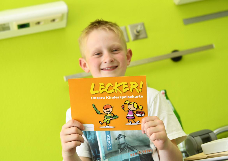 Moritz ist begeistert: Die neue Kinderspeisekarte des Katholischen Karl-Leisner-Klinikums macht Appetit und gute Laune.