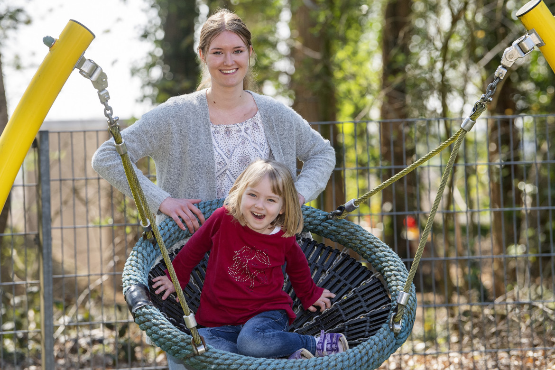 Jette Kempkes unterstützt das Team des Gocher Marianne van den Bosch Hauses vor allem im Kinderland, hier beim Spiel mit einem Kind an der Nestschaukel.