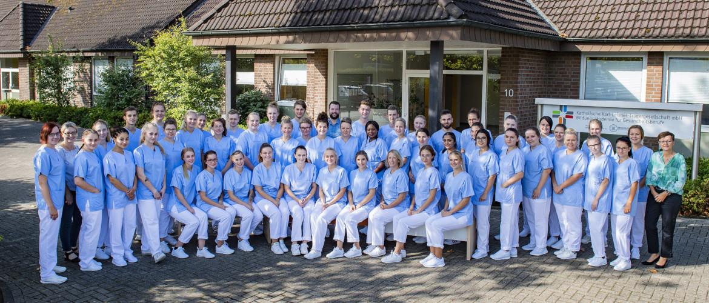 Gruppenfoto: Die neuen Auszubildenden der Bildungsakademie für Gesundheitsberufe (BAG).