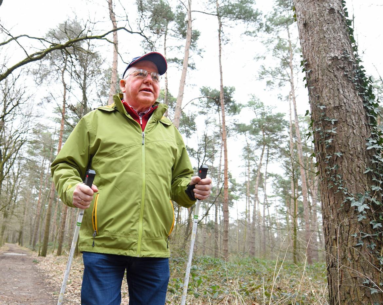Heinz Venmann, Schlaganfallpatient, ist nach erfolgreicher Behandlung wieder sehr aktiv - hier beim Walking im Wald.