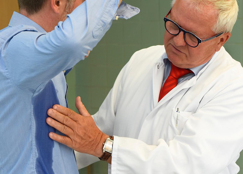 Dr. Andre Stobernack bei der Untersuchung eines Patienten.