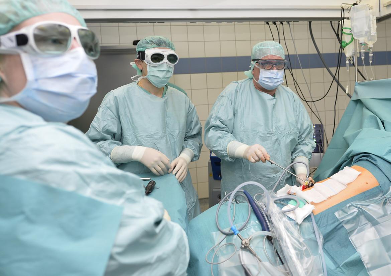 Dr. Andre Stobernack, Chefarzt der Klinik für Thoraxchirurgie, mit seinem Team bei einer Operation.