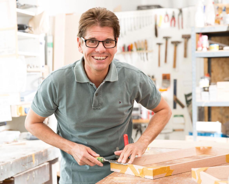 Tischler Bernd Schouten aus Bedburg-Hau in seiner Werkstatt.