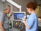Eine Krankenpflegeschülerin erläutert einem Patienten das Entertainment-System des St.-Antonius-Hospitals Kleve.