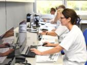 Die Mitarbeiter des Schlaflabors werten Patientendaten am Rechner aus.