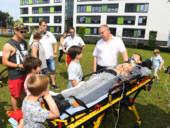 Mitarbeiter des Rettungsdienstes präsentierten auf der Wiese vor dem Krankenhaus ihre Arbeit.