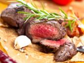 Ein saftiges Rinderfilet, aufgeschnitten und appetitlich präsentiert.