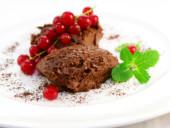 Mousse au Chocolat, appetitlich angerichtet mit Johannisbeeren.