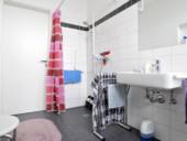 Blick in das helle und geräumige Badezeimmer einer seniorengerechten Wohnung.