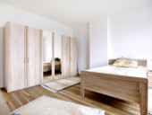 Blick in den hellen und geräumigen Schlafbereich einer seniorengerechten Wohnung.