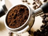Siebträger einer Espressomaschine gefüllt mit Kaffee.