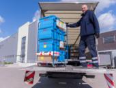 Ein Fahrer belädt einen LKW des Logistikzentrums Uedem.