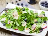 Appetitlicher Salat: Feldsalat, Radieschen und Trauben.