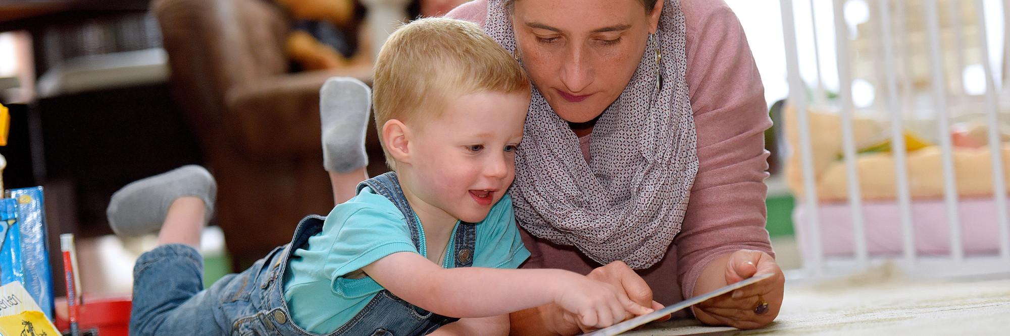 Anton Lorenzen mit seiner Mutter Liane Lorenzen. Anton kam als Frühchen zur Welt und hat sich dank perfekter Betreuung ganz normal entwickelt.