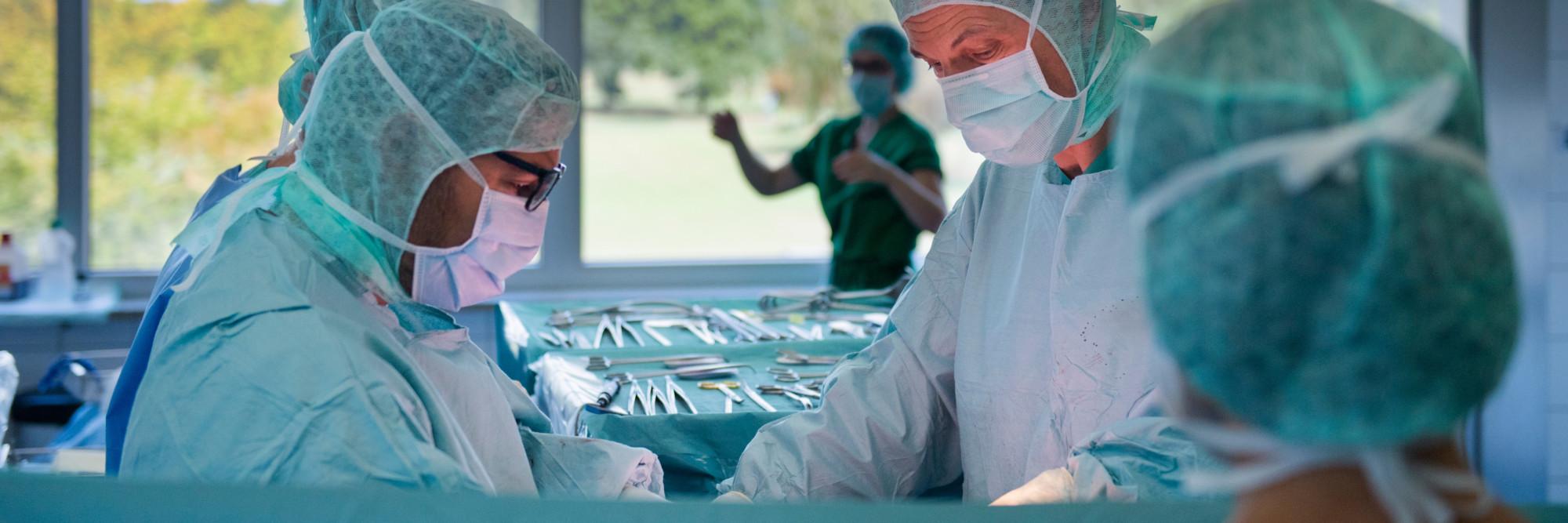 Das Team der Klinik für Allgemein-, Viszeral- und spezielle Viszeralchirurgie bei einer Operation.