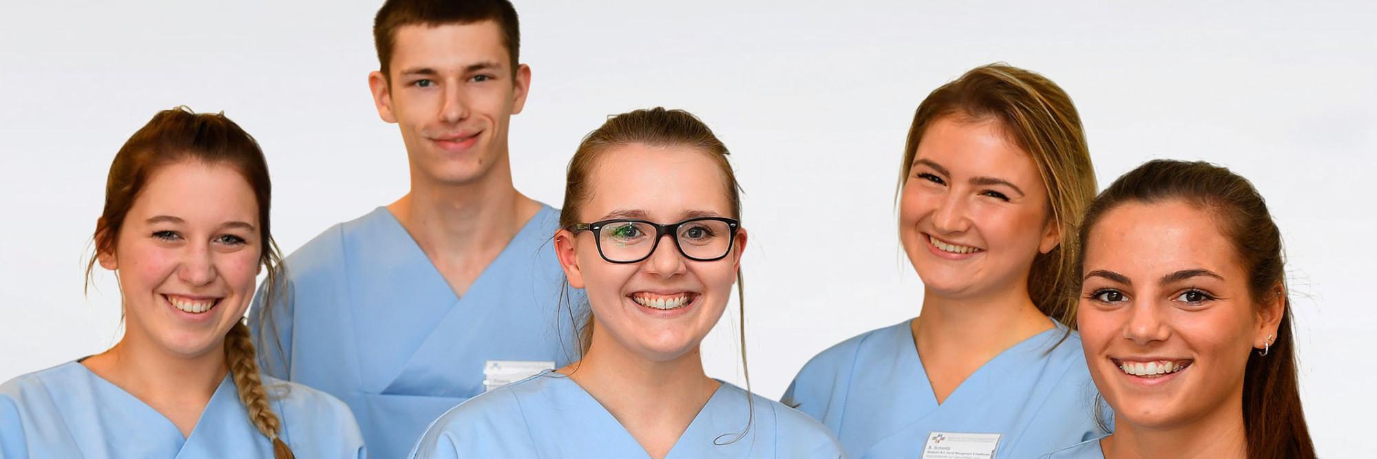 Fünf Schulerinnen und Schüler der Bildungsakademie lächeln in die Kamera.