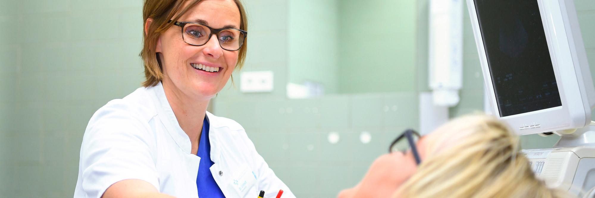 Stefanie Untiedt bei der Untersuchung einer Patientin.