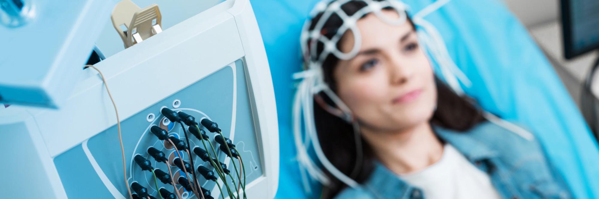 Eine Patientin bei einer EEG-Untersuchung, die elektrische Aktivitäten des Gehirns misst.