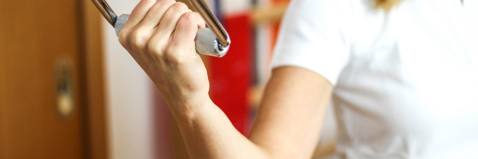 Armtraining: Eine Frau bei einer physiotherapeutischen Übung.