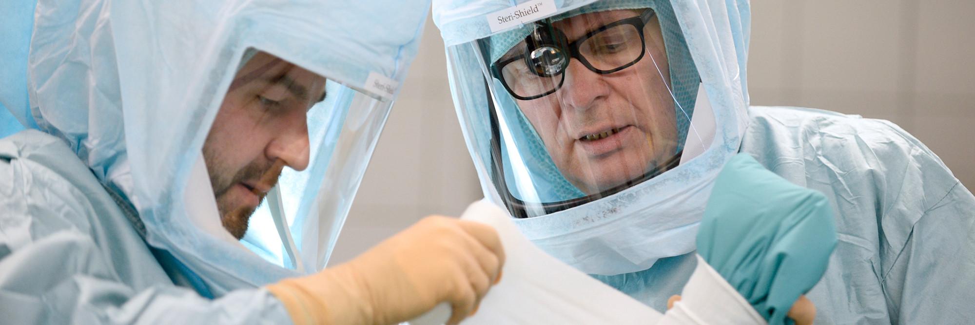 Die Oberärzte Dr. Deymann und Dr. Philips während einer Operation.
