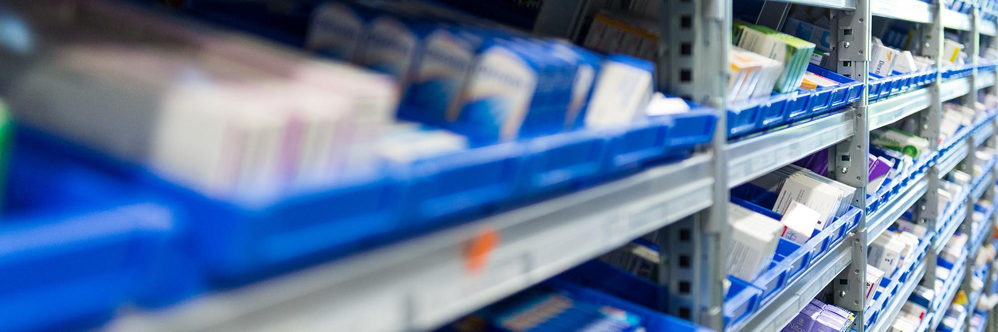 Blick auf ein Regal der Klinik-Apotheke mit zahlreichen Medikamenten.