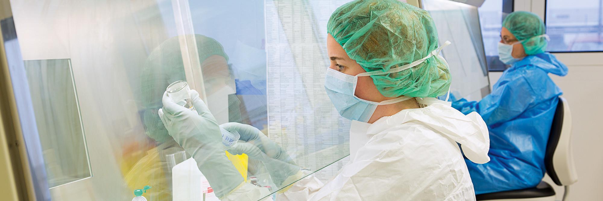 Mitarbeiter der Apotheke bei der sterilen Zytostatikaherstellung.