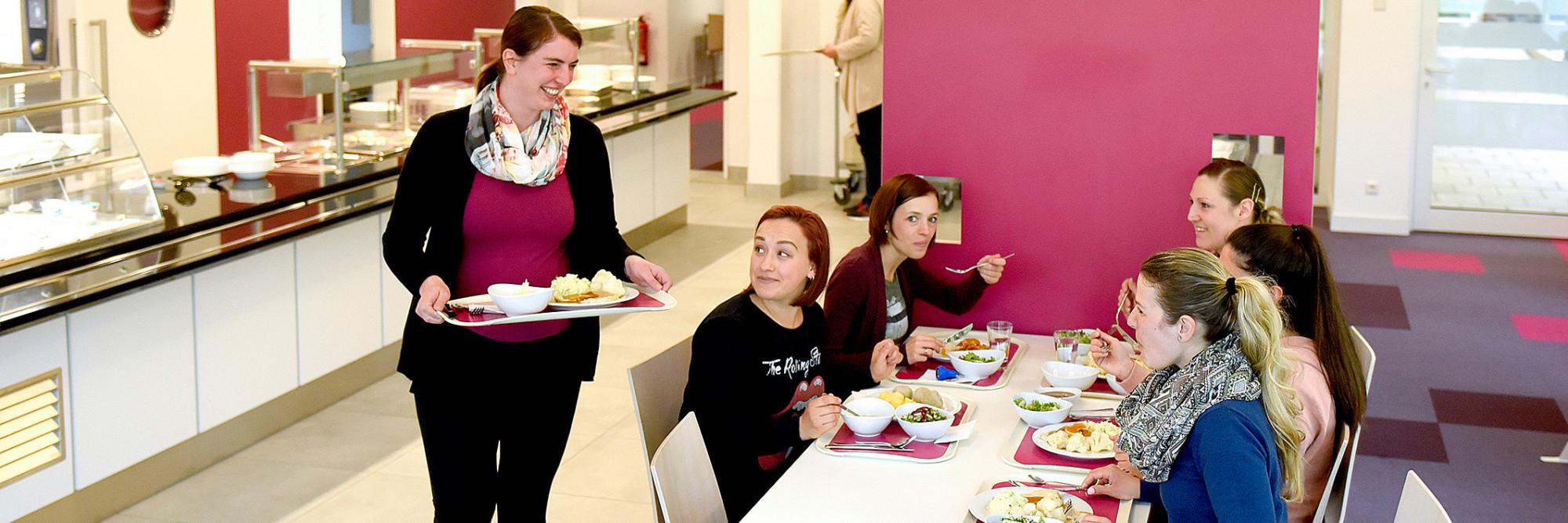 Sechs Mütter im Restaurant des Marianne van den Bosch Hauses. Sie genießen ihre Mittagspause.