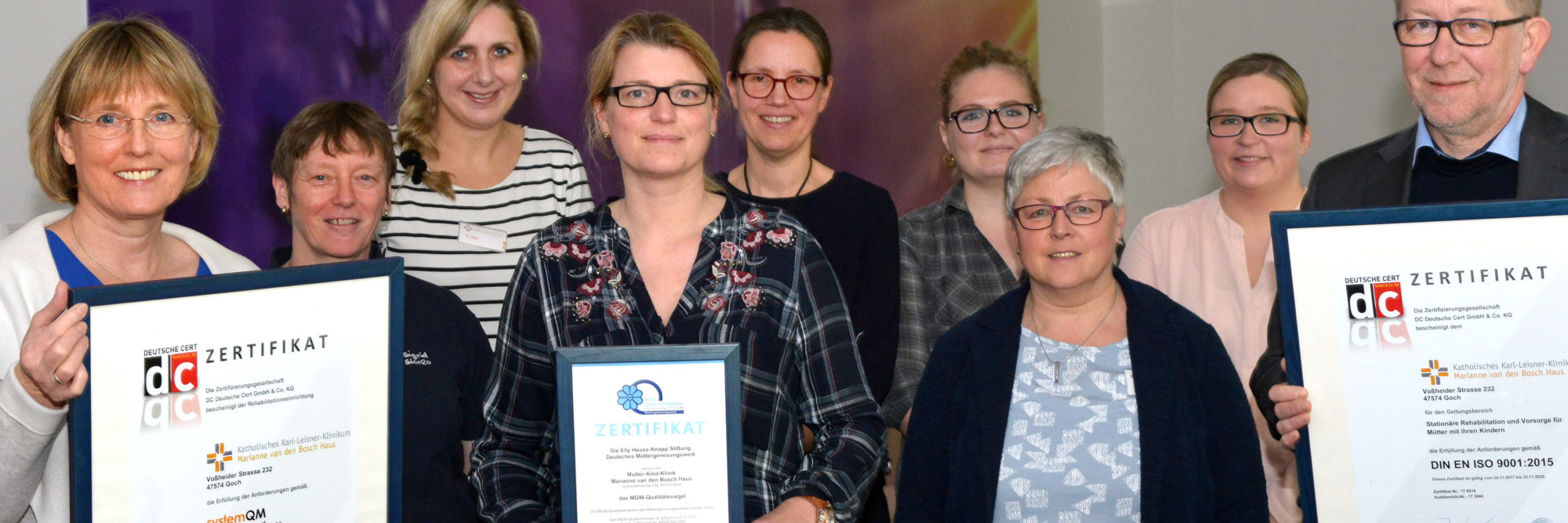 Das Team des Marianne van den Bosch Hauses präsentiert stolz die Zertifikate des Kurhauses.