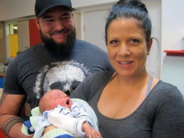 Laura Reinders und Phillipp van Onna mit Neujahrsbaby Adrian.