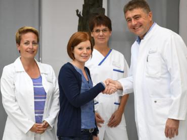 Nenja Kespers spendet für das Brustzentrum - Handschlag mit Chefarzt Dr. Lubos Trnka.