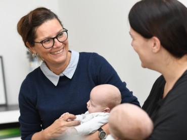 Karin Sanders, Leitung des Bunten Kreises Kleverland, im Gespräch mit einer Mutter von Zwillingen.