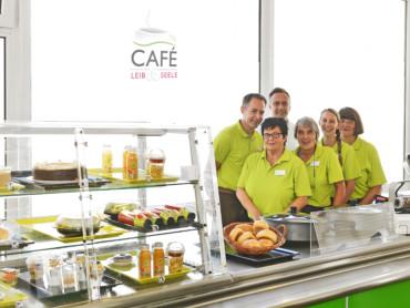 Das Team des Cafes Leib und Seele präsentiert das appetitliche Angebot.