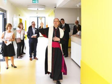 Weihbischof Lohmann segnet den Neubau des St.-Antonius-Hospitals.