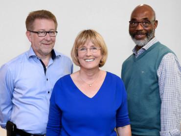 Dr. Richard Claßen, Beatrix Lichtenberger und Dr. Jonathan Aryee (von links) leiten das Team des Marianne van den Bosch Hauses.