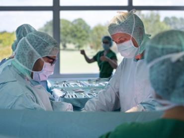 Mitarbeiter des Operationssaales im Wilhelm-Anton-Hospital bei der Arbeit.