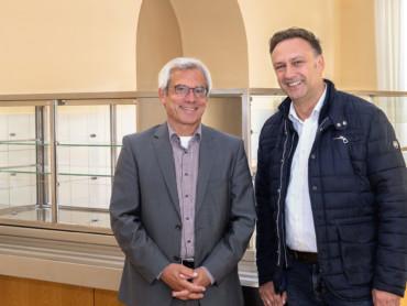 Gerd Waldhausen, Präsident des Landgerichts Kleve (l.), und DELI K-Verpflegungsmanager Bernd Knipper freuen sich auf den Start des Kantinenbetriebs.