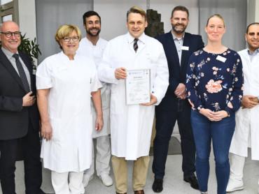 Zertifizierung als Endoprothetikzentrum: Das Team freut sich über die Urkunde.