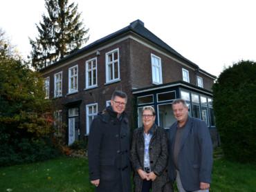 Propst Johannes Mecking, Gabriele Remie und Ottmar Ricken (v.l.) vor dem künftigen Hospiz in Donsbrüggen.
