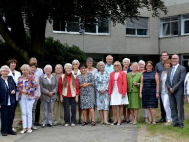Gruppenfoto: Die Mitglieder der ehrenamtlichen Krankenhaushilfe feiern das 40-jährige Jubiläum.