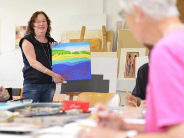 Kunsttherapeutin Lisa Mellat Doust präsentiert das Bild eines Patienten.