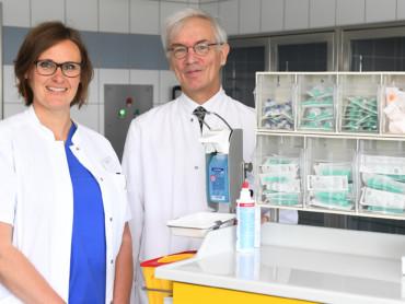 Stefanie Untiedt und Professor Braun in den Räumen der chirurgischen Praxis des MVZ Karl Leisner.