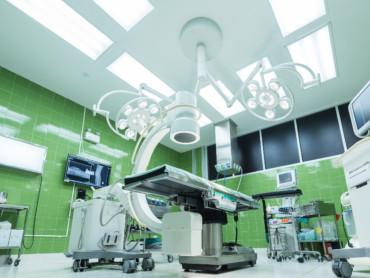 Bild eines klinischen Operationssaales aus der Bodenperspektive.