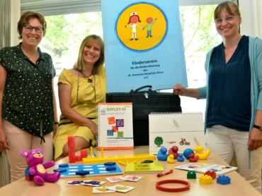 SPZ-Leiterin Petra Wundschock bedankte sich bei Birgit Hahne und Andrea-Schönig-Schmid (v.r.) vom Förderverein für die Kinderabteilung des St.-Antonius-Hospitals Kleve.