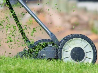 Ein Rasenmäher bei der Arbeit.