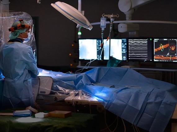 Dr. Norbert Bayer, Chefarzt der Klinik für Kardiologie und Nephrologie, bei einer Herzkatheteruntersuchung im Herzkatheterlabor des St.-Antonius-Hospitals Kleve.